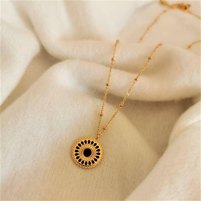 collier chaine dorée boule médaillon noir