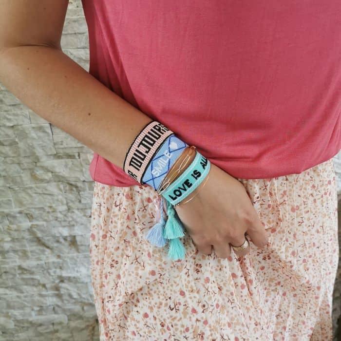 femme portant 3 bracelets tissés à message