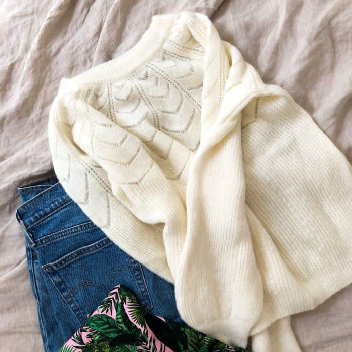 pull blanc doux détail ajouré sur le col