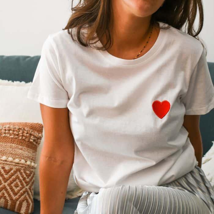 tshirt blanc coeur rouge brodé