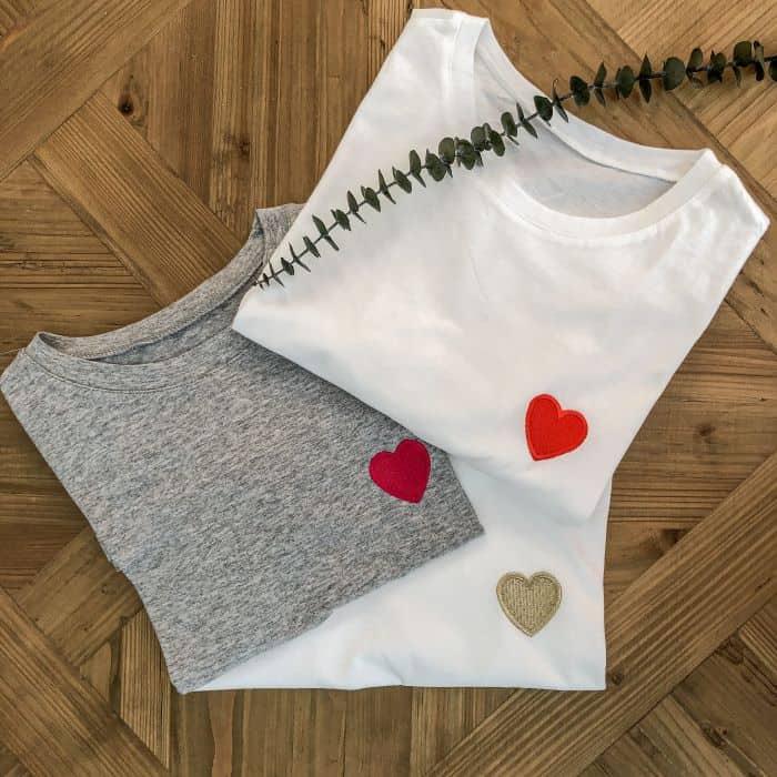 3 t shirts blanc et gris avec coeur brodé de couleur