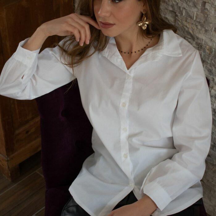 chemise blanche bien taillée et en coton épais