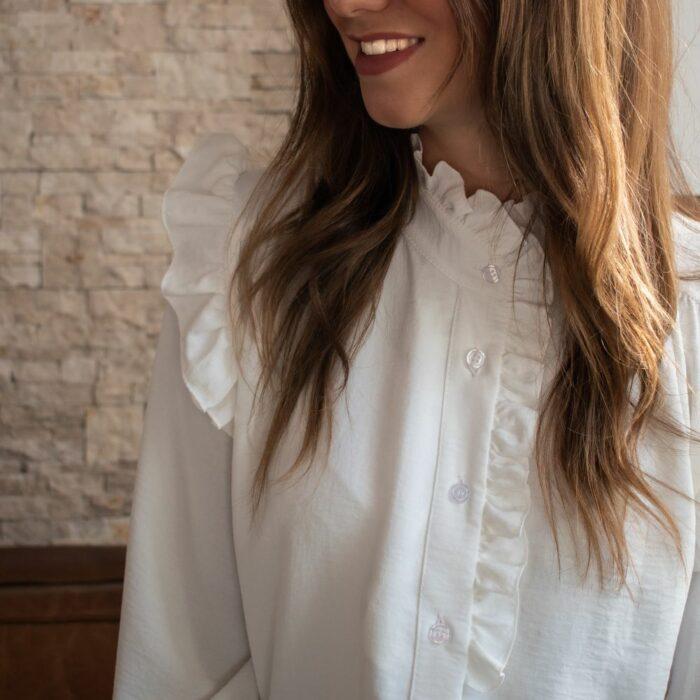 chemise blanche manches longues avec col montant et volants