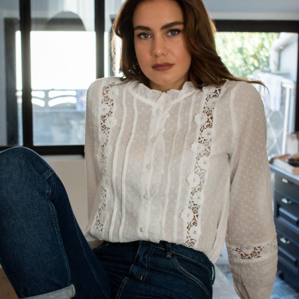 chemise en dentelle sans col blanc détail en transparence