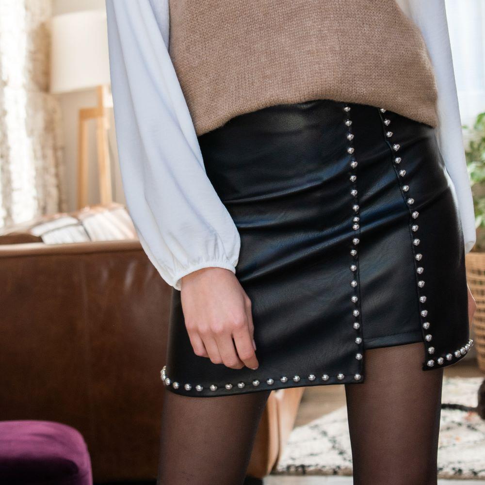 jupe en simili cuir noire clouté moulante et courte