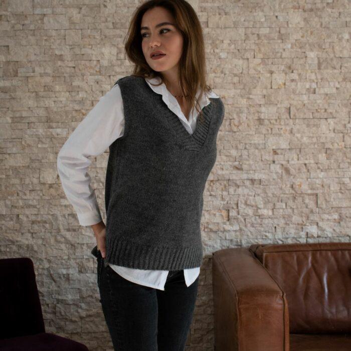 pull sans manches gris anthracite avec une chemise blanche