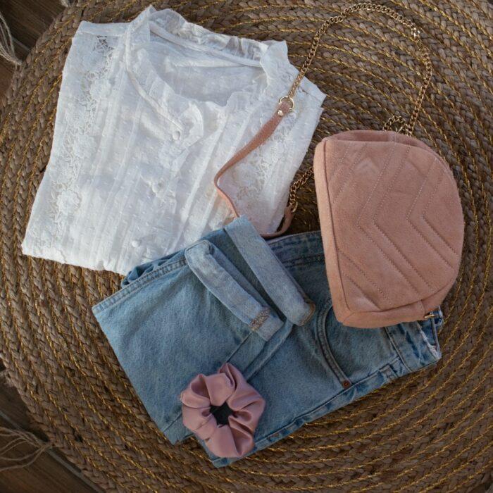 look composé d'une chemise blanche dentelle, d'un jeans 7/8 et d'un sac besace rose poudré