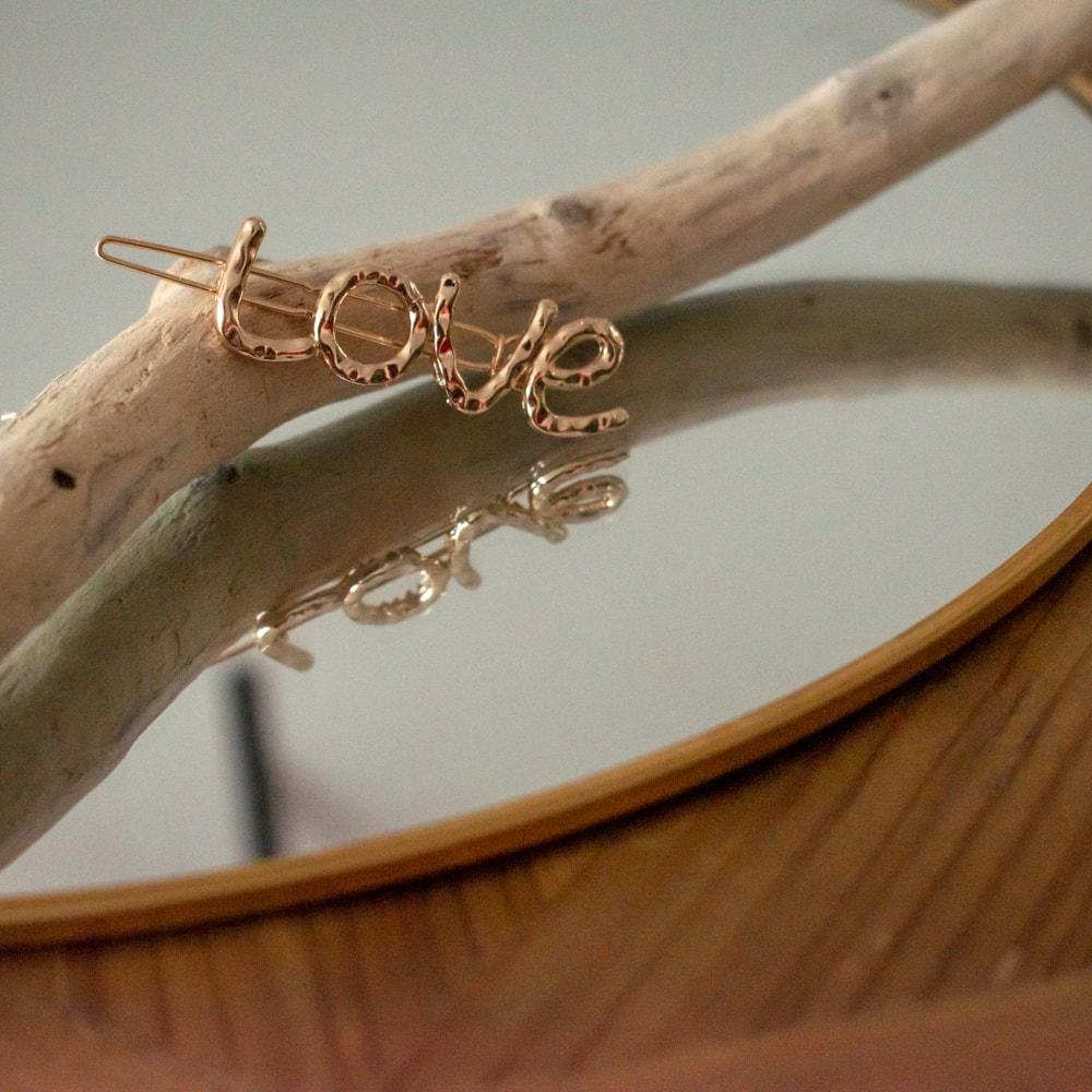 barrette à cheveux dorée Love