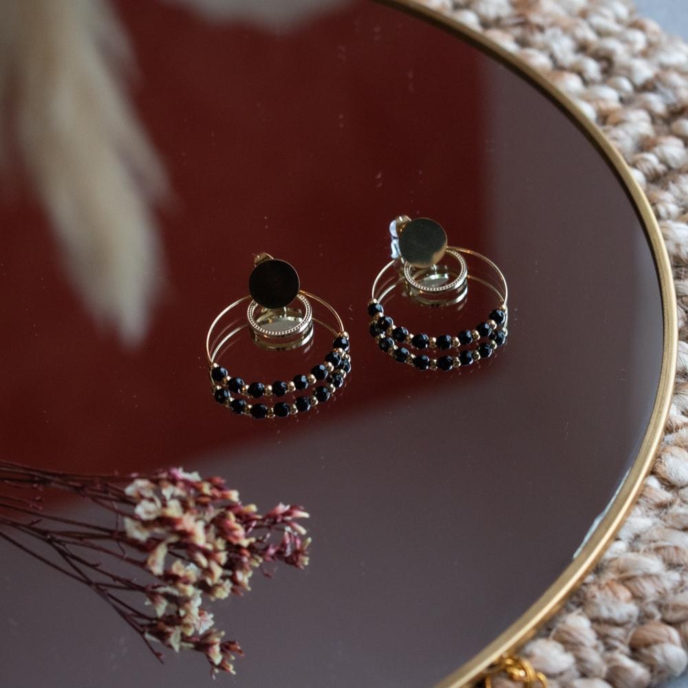 paire de boucles d'oreilles cercle avec petites perles noires