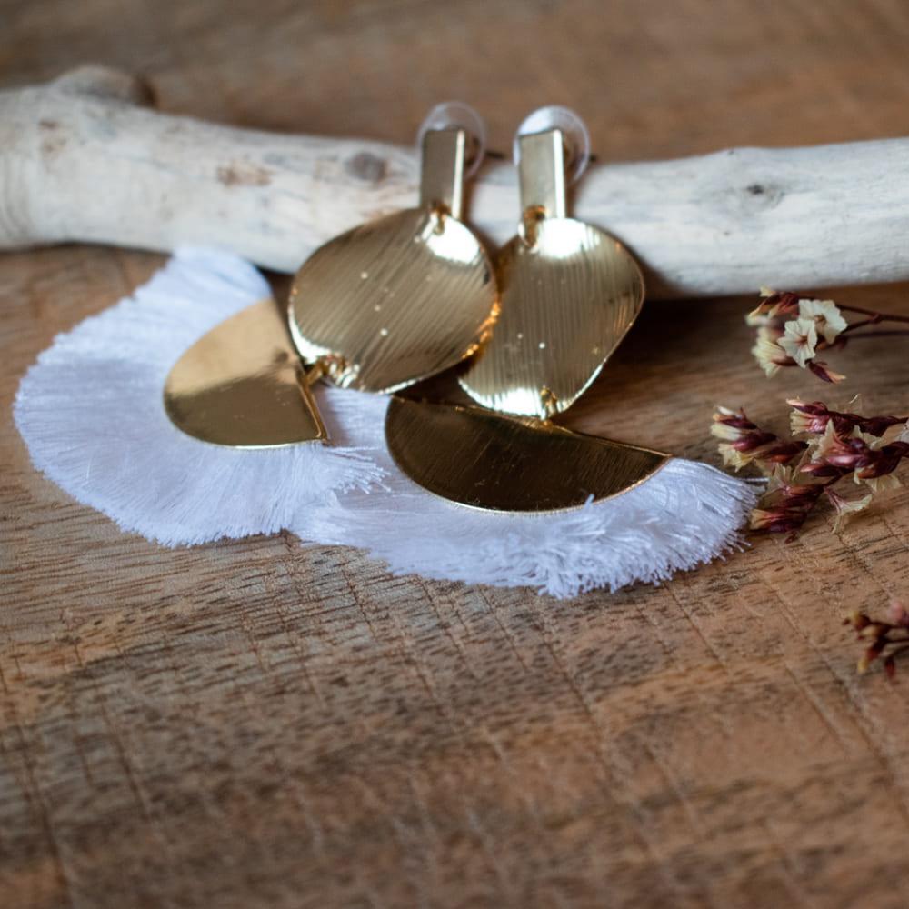 boucles d'oreille pendantes avec franges blanches