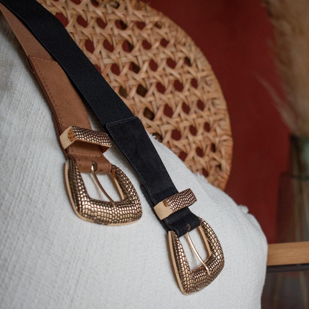 deux ceintures sur un coussin