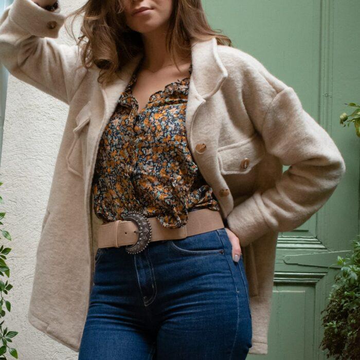 femme portant une ceinture demi lune style louve de sézane