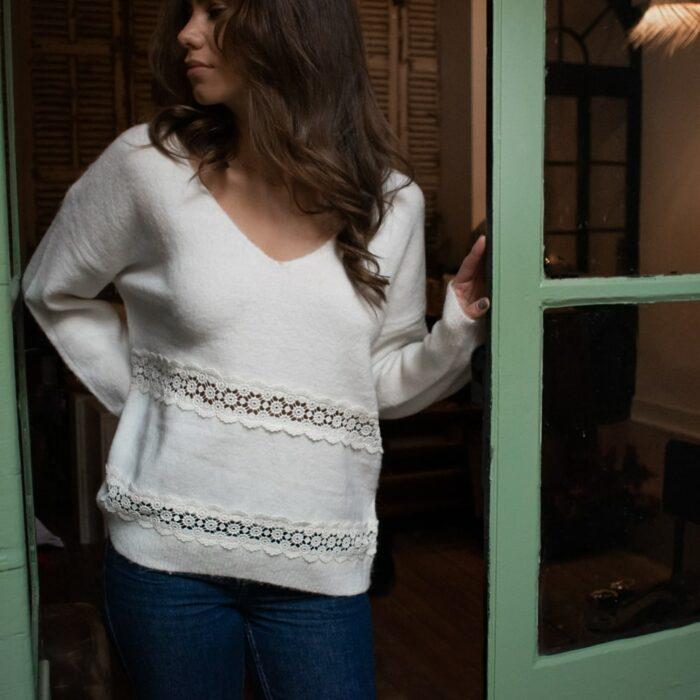 pull blanc col v en laine avec dentelle