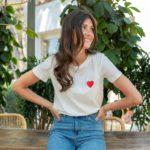 femme portant un t shirt blanc coton avec coeur rouge brodé