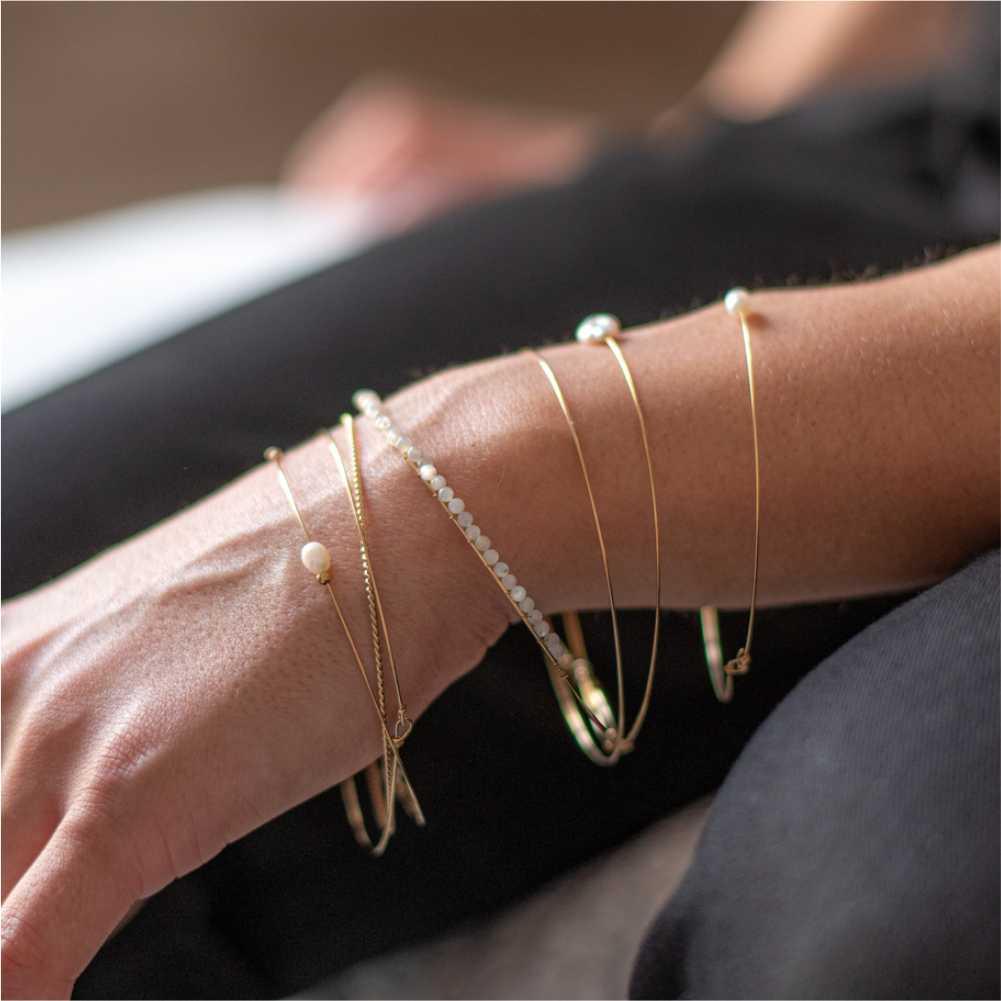 femme portant 7 bracelets très fin porte bonheur