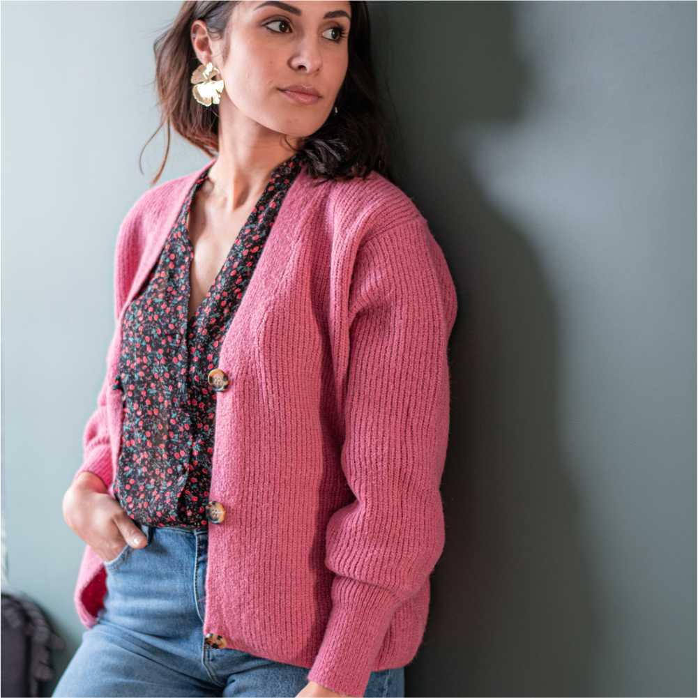 femme portant un gilet oversize rose ouvert
