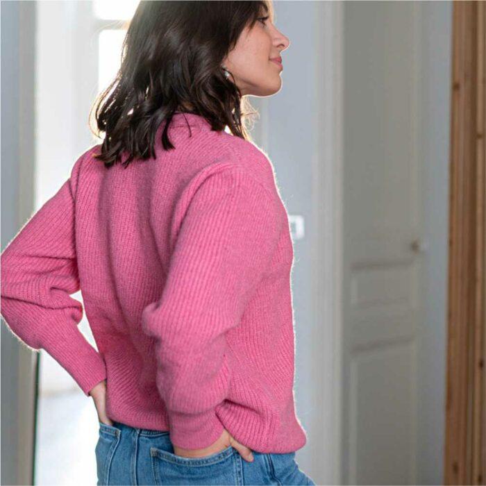 femme portant un gilet rose