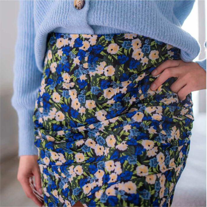 jupe courte plissée à imprimé fleuri bleu roi et vert
