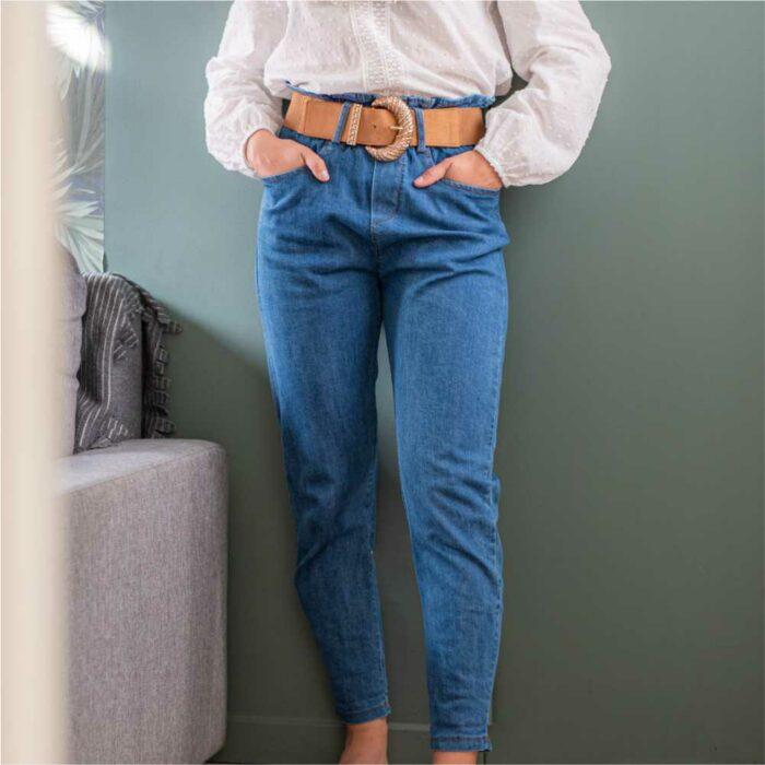 femme portant un pantalon type paper bag taille haute avec ceinture beige