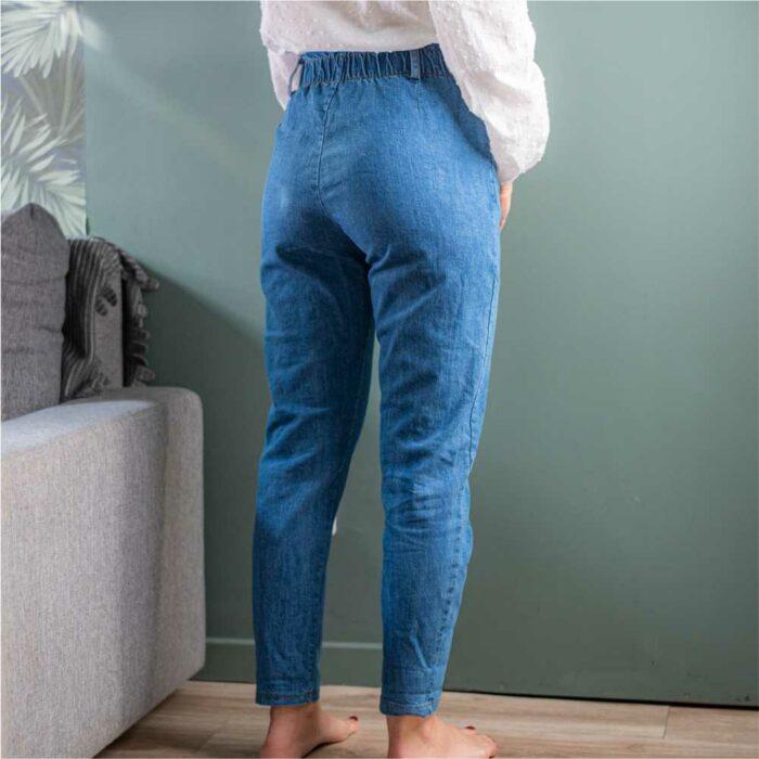 vue de derrière d'un pantalon paper bag bleu jeans sans poches