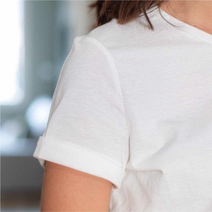 zoom sur manche d'un t shirt blanc col rond