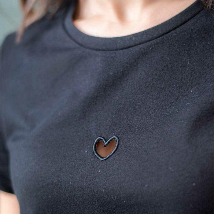 t shirt noir avec zoom coeur vide découpé