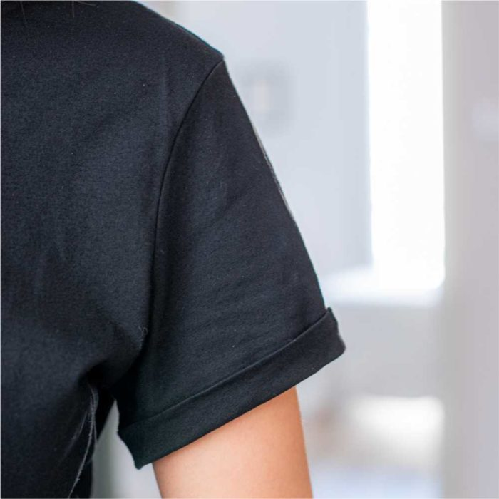 zoom sur manche d'un t shirt noir col rond