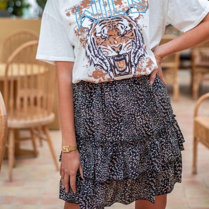 femme portant une jupe à volants noire imprimé léopard