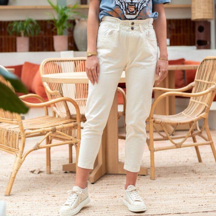 femme portant un pantalon taille haute blanc type paper bag