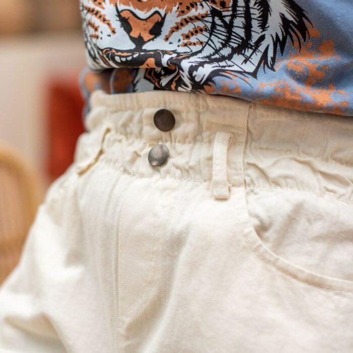 zoom sur boutonnage pantalon paper bag blanc