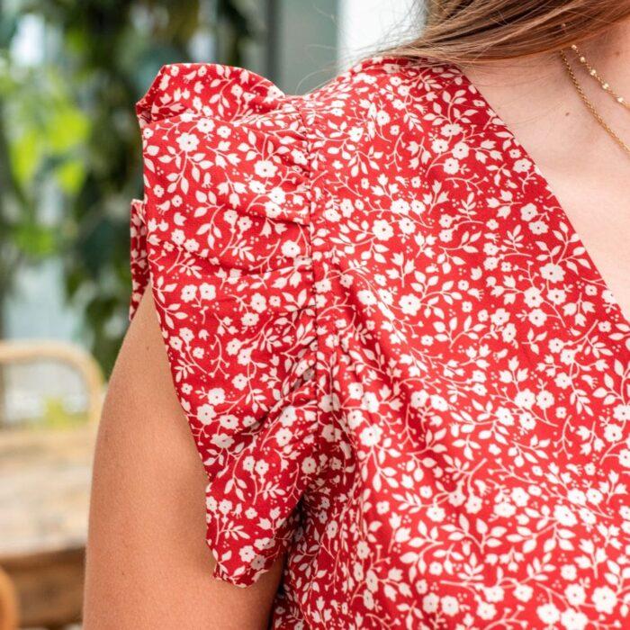 zoom sur la manche volanté d'une robe rouge