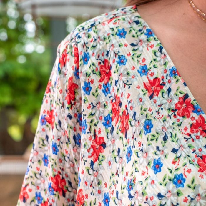 zoom sur l'imprimé d'une robe à fleur