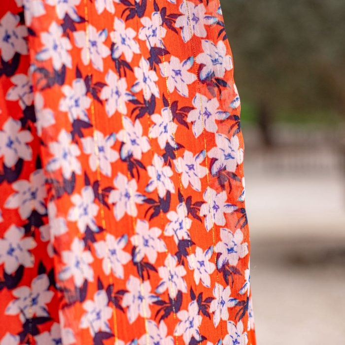 zoom sur une robe rouge imprimé fleuri blanc