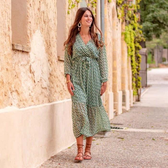 femme portant une robe d'été cache coeur longue verte
