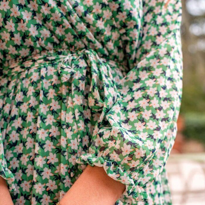 zoom sur le devant d'une robe verte