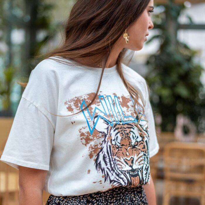 femme portant un t shirt blanc tiger