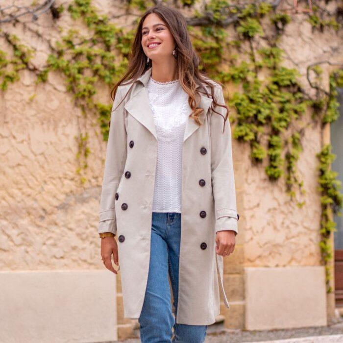 femme portant un manteau trenchcoat long beige