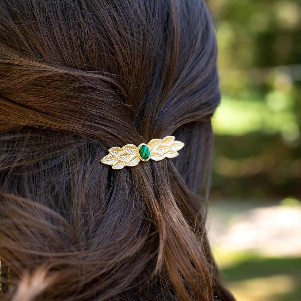 femme portant dans ses cheveux une barrette dorée pas cher