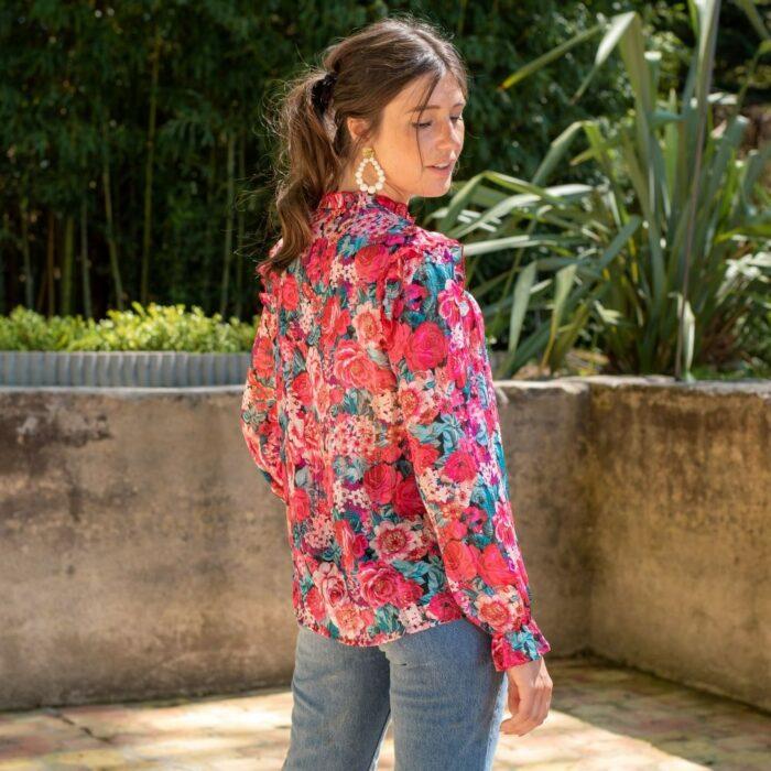 femme de dos portant une blouse vintage à grosses fleurs