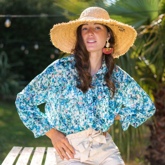 femme portant une chemise à fleur bleue et chapeau de paille