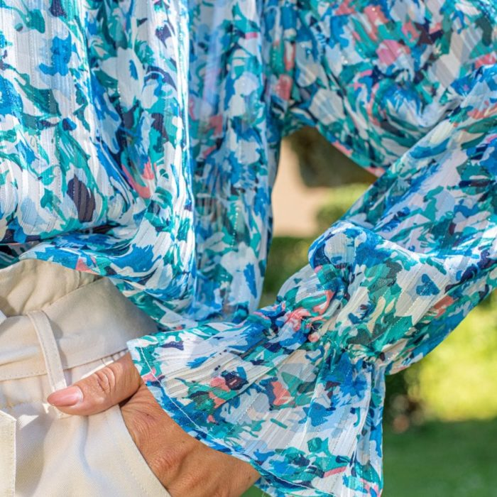 zoom sur manche d'une blouse fleurie bleue