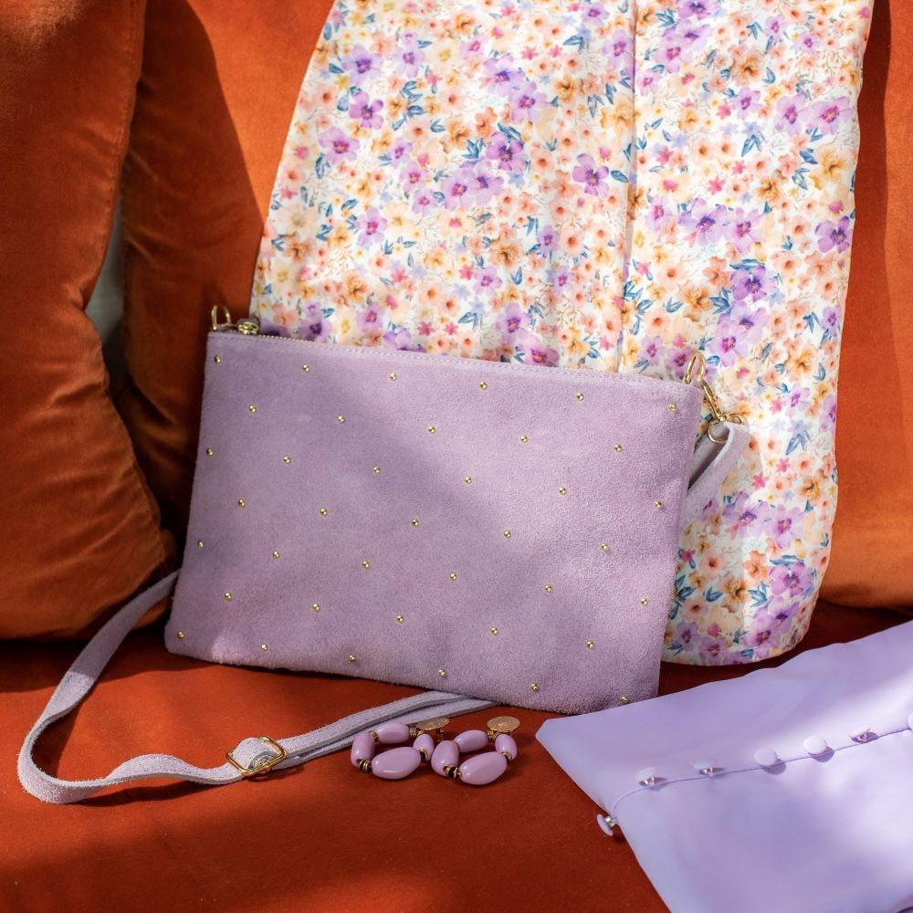 pochette en cuir daim lilas cloutée dorée