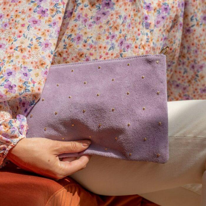 pochette en cuir daim lilas cloutée
