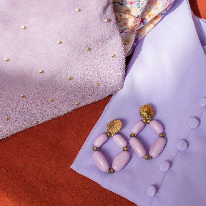 boucles d'oreilles fantaisies à grosses perles parme avec top assorti