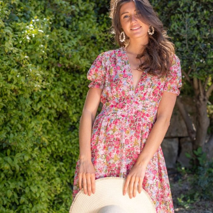 robe courte fleurie rose avec décolleté plongeant et large ceinture