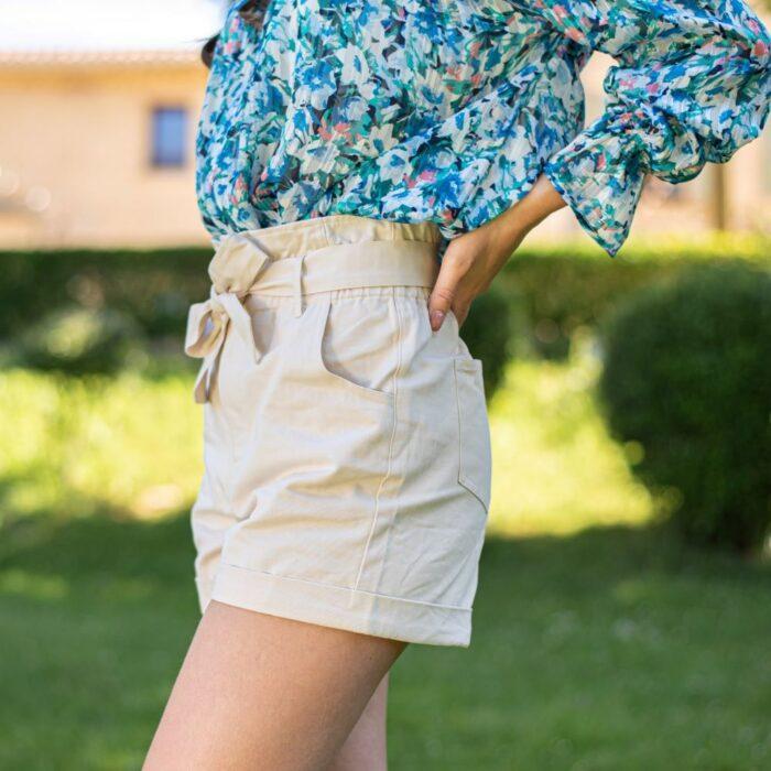 femme portant un short taille haute paper bag en toile beige
