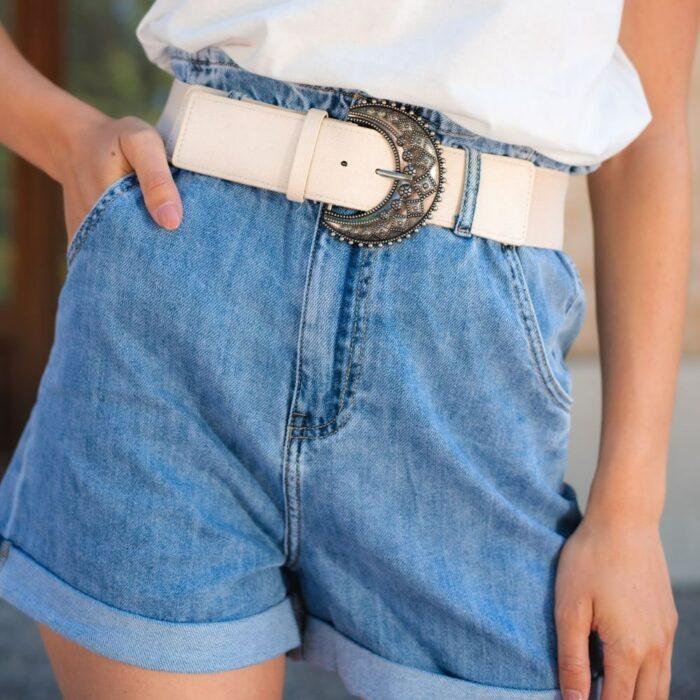 femme portant un short en jean tendance pas cher