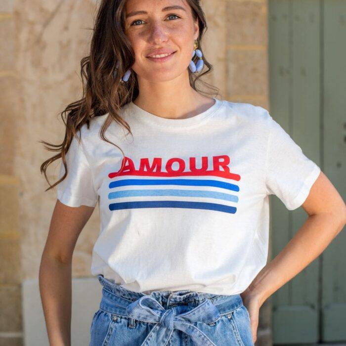 femme portant un t shirt blanc avec inscription 'amour'